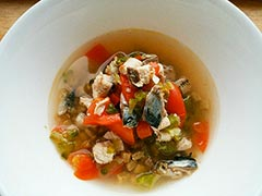 犬猫のドライフード、ハッピーラブを使ったレシピ「鰯と夏野菜のスープかけごはん」