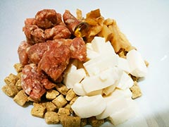 犬猫のドライフード、ハッピーラブを使ったレシピ「ラム肉と豆腐と干し椎茸のせごはん」
