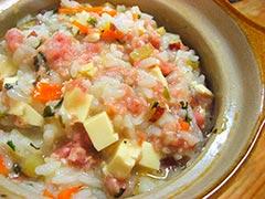 犬猫のシニア・老犬におすすめレシピ「骨ごと鶏すり身と野菜とチーズのおじや」